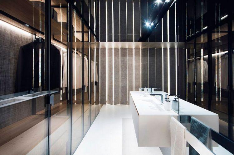Badezimmer Mit Wänden Aus Rauchglas Zwischen Schlafzimmer Und Begehbarem  Kleiderschrank