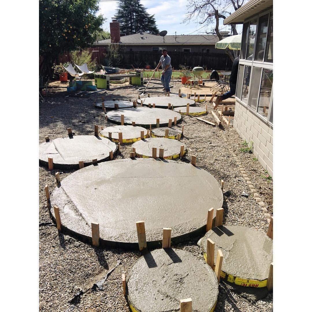 DIY circle concrete pavers Mid century landscaping