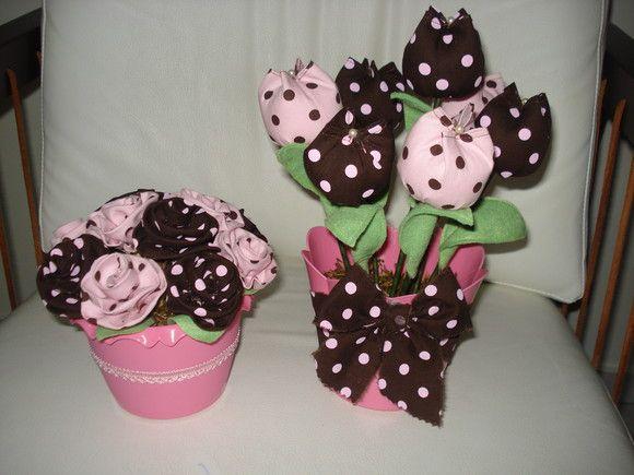 Jarrinhos de plástico, decorados com flores ou tulipas O preço é referente a 1 unidade. O jarro com tulipas é 26,00. R$30,00