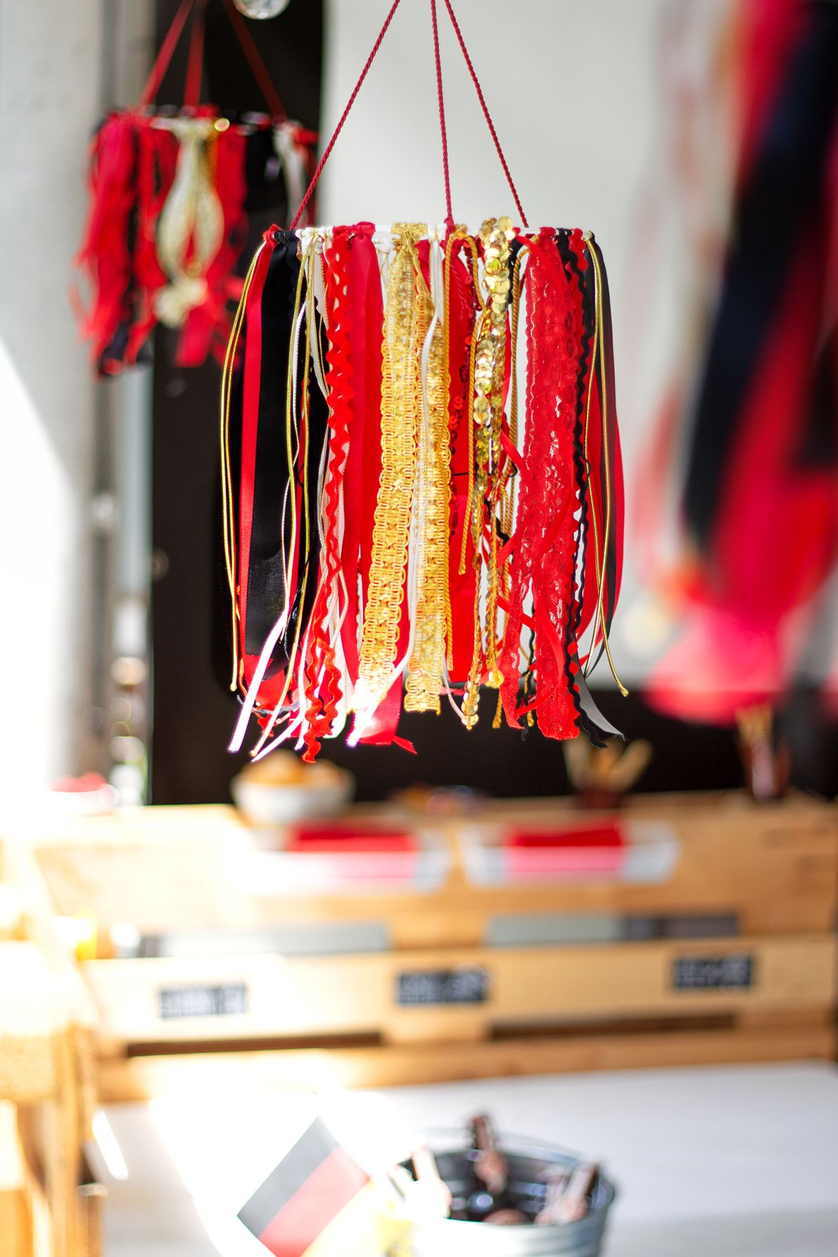 Stilvolle Party Deko In Schwarz Rot Gold Und Wm Diy Girlanden Basteln Mobile Basteln Deko Ideen