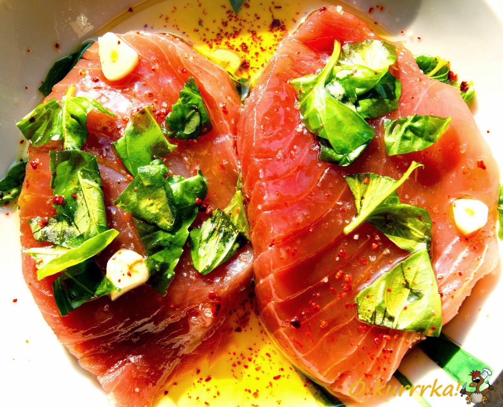 Stek z tuńczyka z pieczonymi, młodymi ziemniakami i surówką z pora. Tuńczyk.