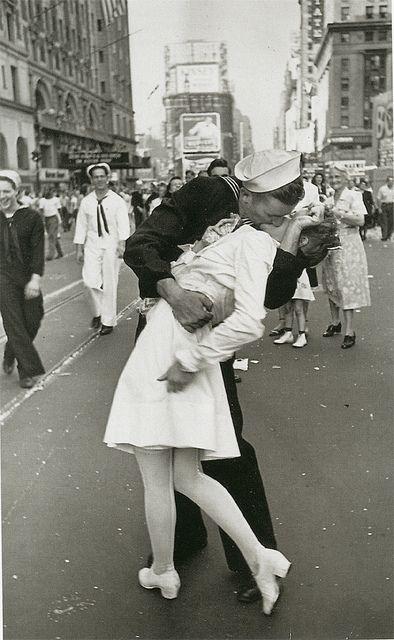 Alfred Eisenstaedt, V-J Day, 1945, Times Square, New York
