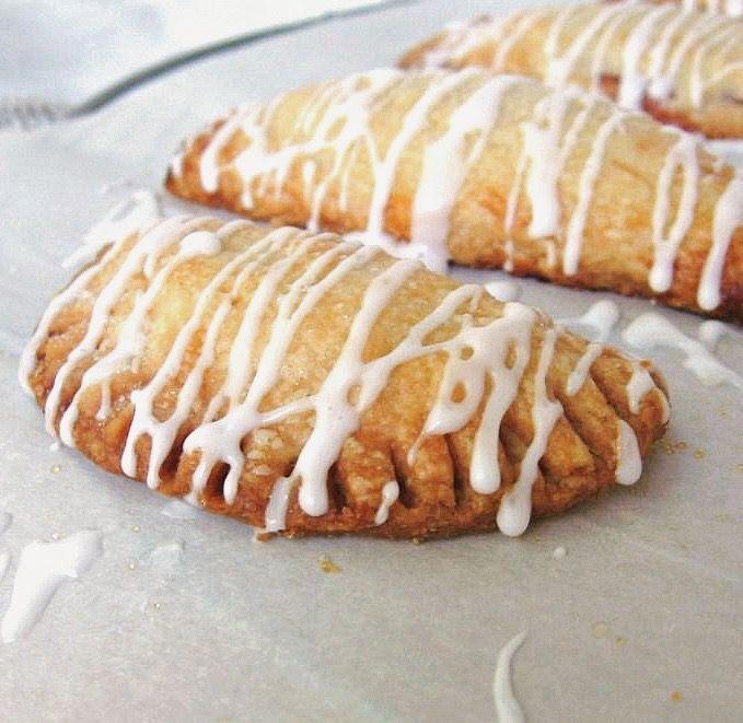 strawberry-filled mezzaluna cookies | une gamine dans la cuisine