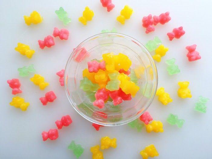 Drei Farben Von Gummibar Selbst Herstellen In Einer Schale Aus Glas Und Andere Darum Bestreut Bear Recipes Gummies Gummies Recipe