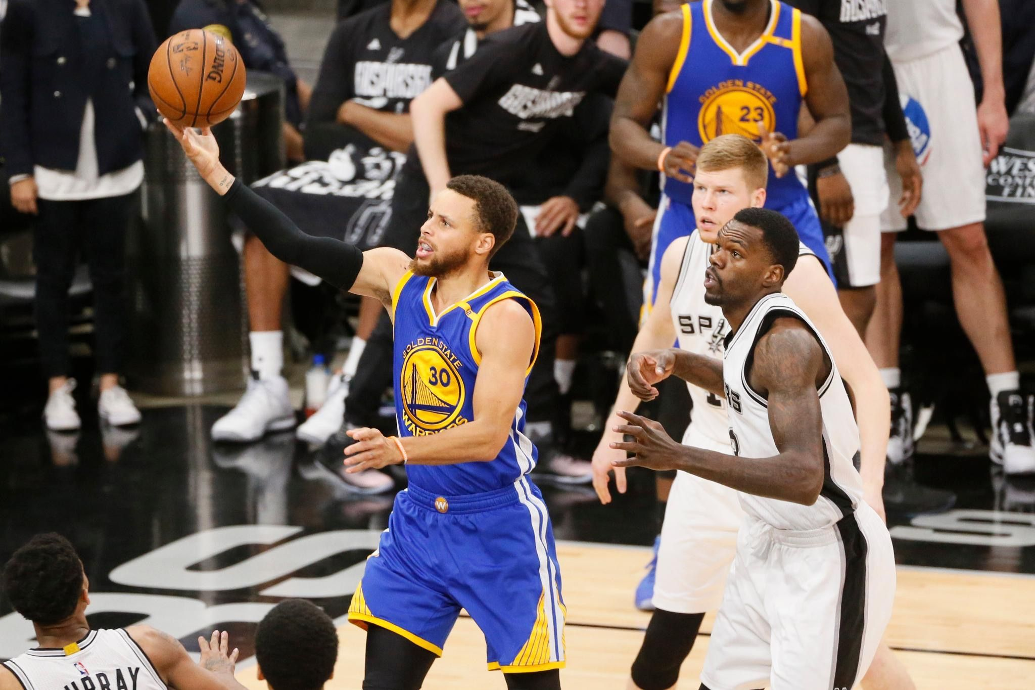 Warriors smash Spurs to win West crown, improve to NBA