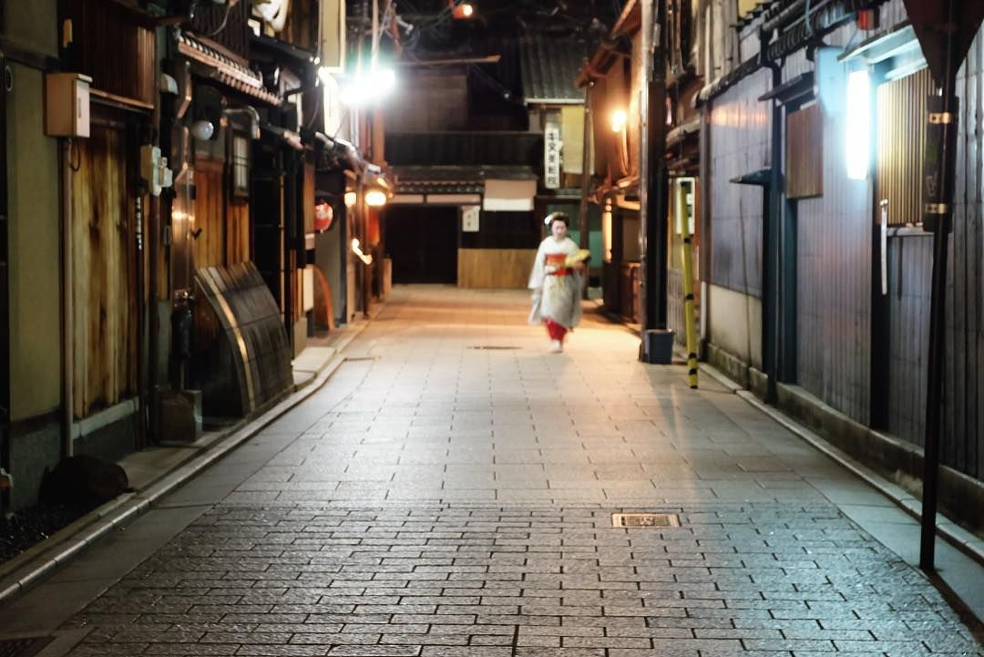 Strolling in Gion. #祇園 #kyoto #japan #gion #geisha #maiko #舞妓 #京都 #instatravel #instagramjapan #travel #photooftheday