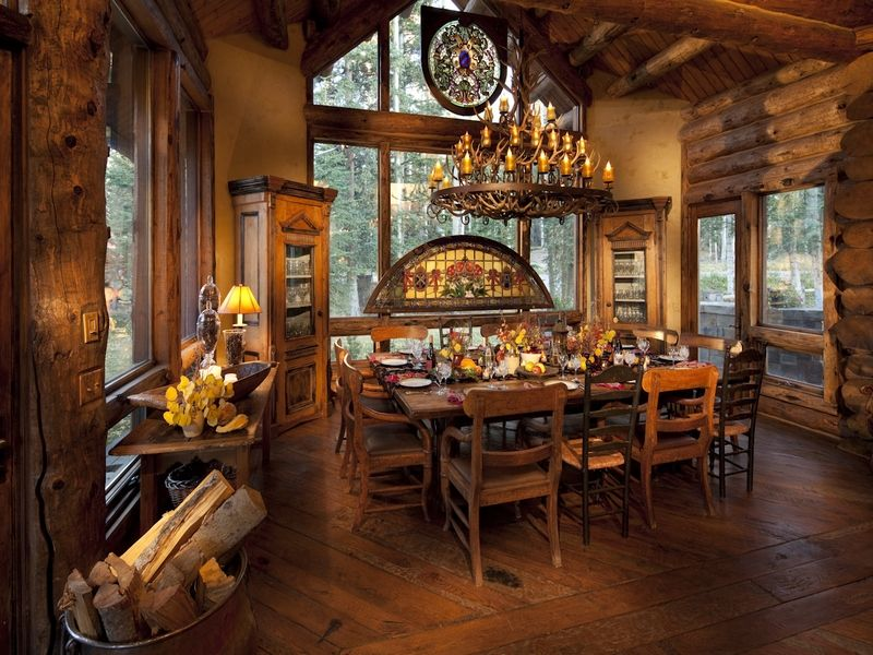 Merveilleux Log Cabin Dining Room Design With A Big Table And Lots Of Windows.