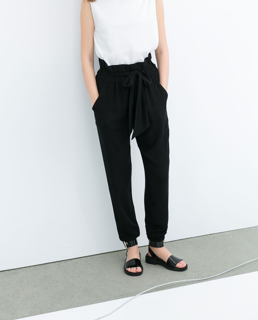 PANTALON AVEC CEINTURE de Zara - 29,95 EUR Looks amazing on a slim figure