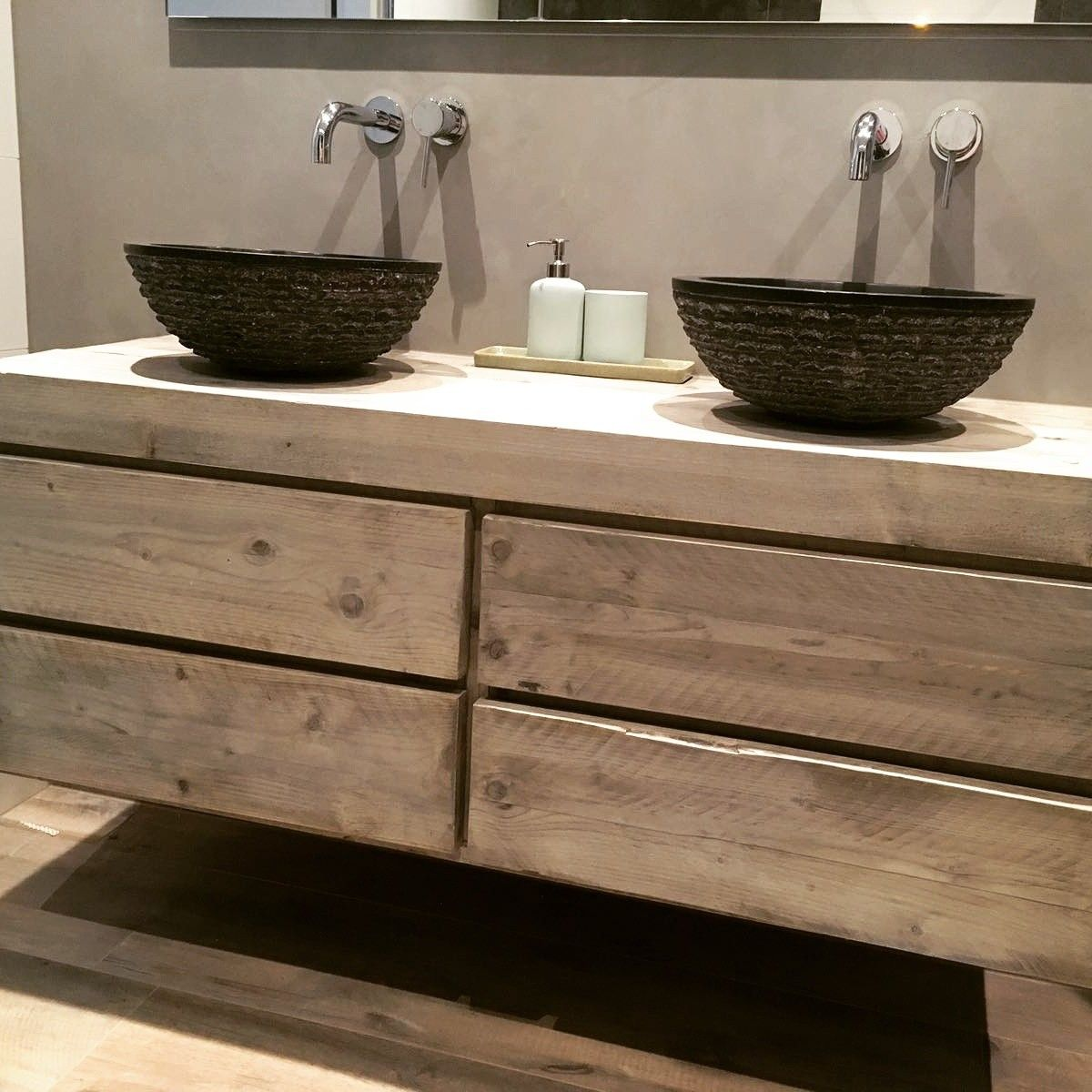 Zwevend badkamermeubel met 4 lades van steigerhout. www.woodchoice ...
