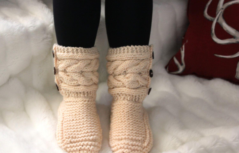 Pantoufles femme   bottes tricot femme   knitted slippers woman  slippers  boots ladies  booties   cadeau pour femme   gift for her de la boutique ... 53cfa5716d5e