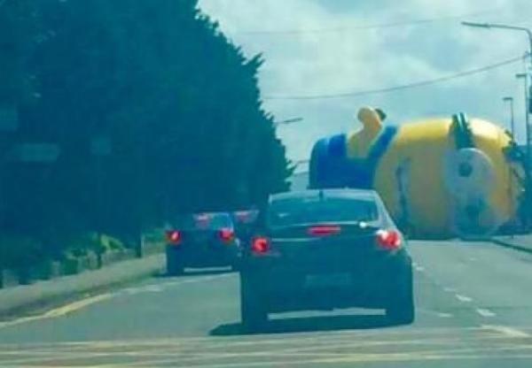 Ein überdimensional großer Minion-Ballon sorgte für Verkehrschaos.
