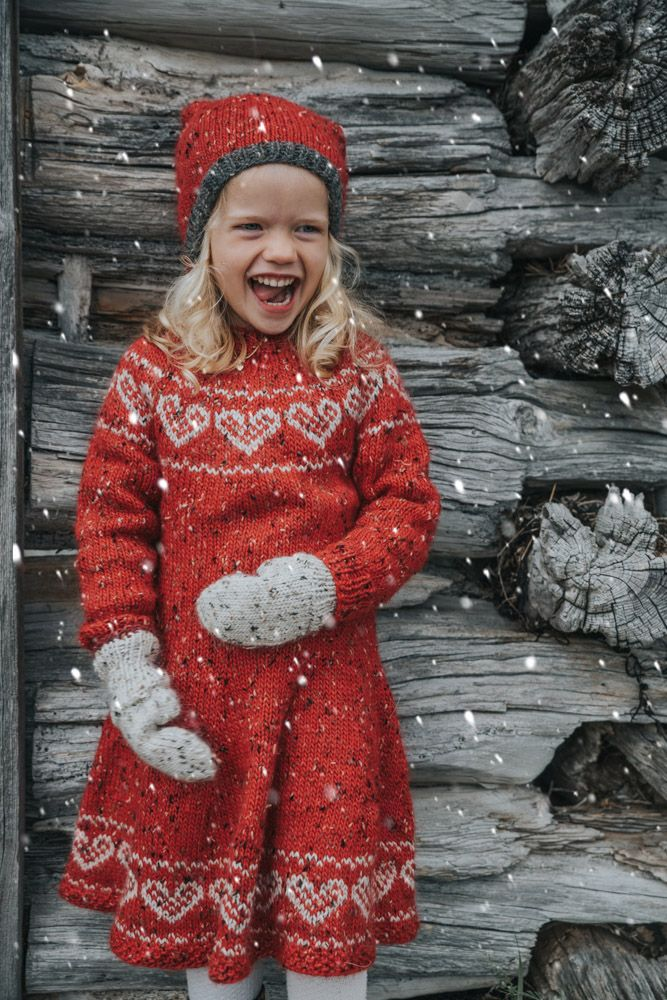 Photo of 10 gratis oppskrifter på julekjoler til barn (Strikkeoppskrift.com)