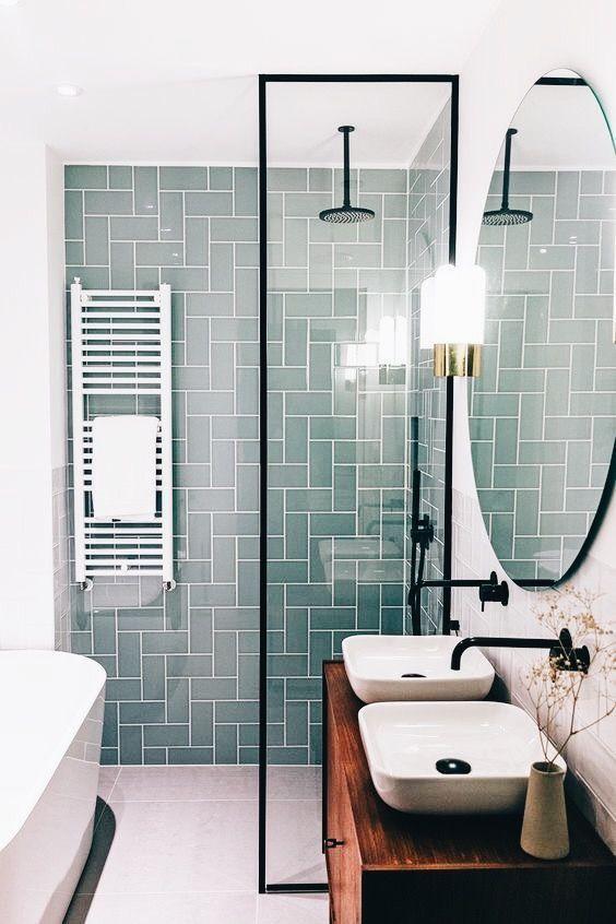 Moderner skandinavischer Badezimmer-Innenraum mit grüner Fliese #bathroomtileshowers