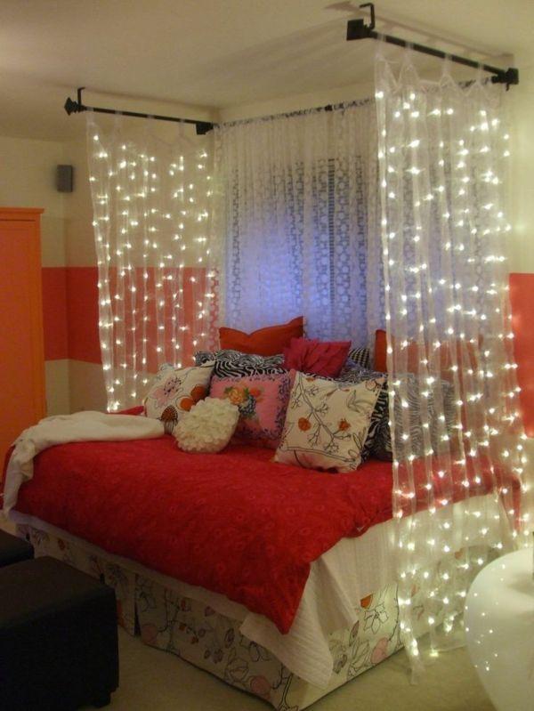 jugendzimmer gestalten bett mit leuchtenden gardinen dekokissen