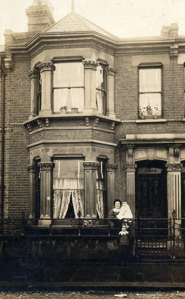 Interesting Found Photos Capture People Outside Their Houses From Between 1900s And 1910s Vintage Everyday Victorian House London Old Pictures The 1900 House