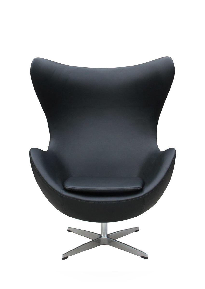 """La Egg Chair di Arne Jacobsen fu pensata nel 1958 per arredare le lobby rooms del SAS Royal Hotel di Copenhagen. La linea trae ispirazione proprio dall'idea del guscio che, in questo caso, racchiude il corpo umano, proteggendolo dagli sguardi indiscreti e garantendo un alto grado di relax e di privacy. Pare che nel creare la Egg Chair – concepita inizialmente come un divano –  Jacobsen si sia ispirato a Eero Saarinen e alla sua Womb Chair. Grande """"mito del design"""" e oggetto del desiderio…"""