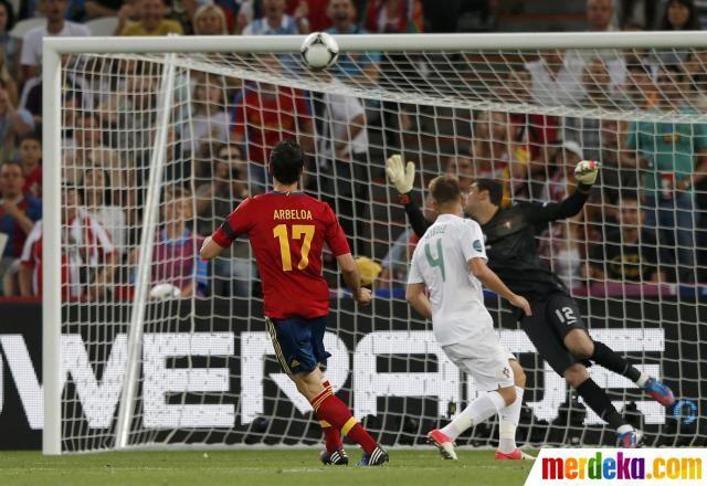 Usaha bek Spanyol, Alvaro Arbeloa, untuk membobol gawang ...
