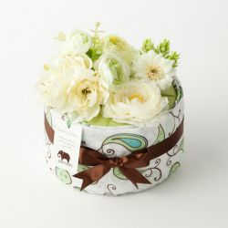 Diaper cake w/SwaddleDesigns marquisette blanket | www.pannolini.jp #baby shower