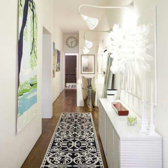 Déco couloir étroit avec des murs blancs et un tapis long   Déco ...
