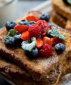 French toast 1/4 dl jauhoja 1/2 dl maitoa 2 munaa 4 paksua vehnäpaahtoleipää 1 rkl kanelia 1 tl vaniljasokeria 3/4 dl sokeria  Vatkaa jauhot maitoon sileäksi taikinaksi. Vispaa munat joukkoon. Kasta leipäviipaleet molemmin puolin. Leipien on tarkoitus imeä itseensä taikinaa.  Paista leivät keskilämpöisellä pannulla. Yhdistä kaneli ja sokerit ja kääntele lämpimät leipäviipaleet seoksessa. Tarjoa kermavaahdon, hillon ja marjojen kanssa.