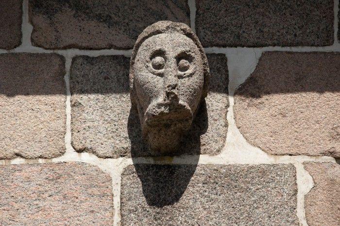 Bjergby kirke: Granitrelief - Mandshoved i kirkens sydmur.