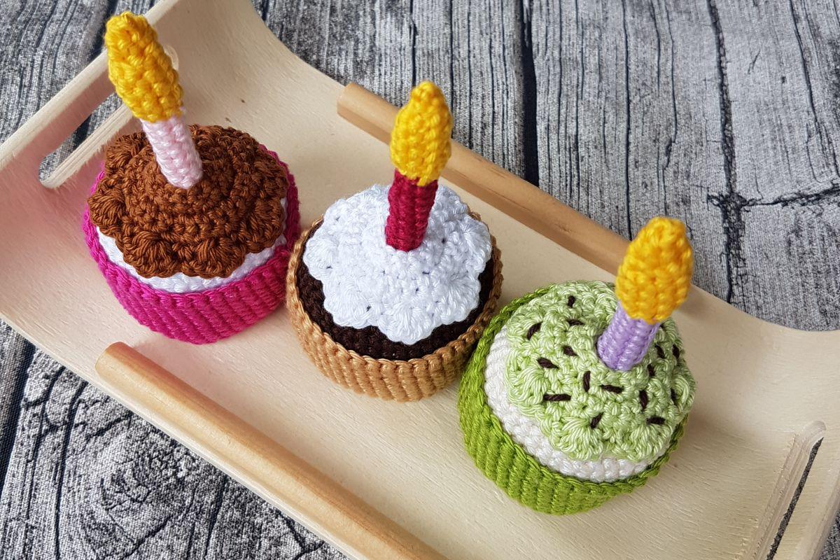Geburtstagstörtchen mit Kerze – kostenlose Häkelanleitung   Crochet ...