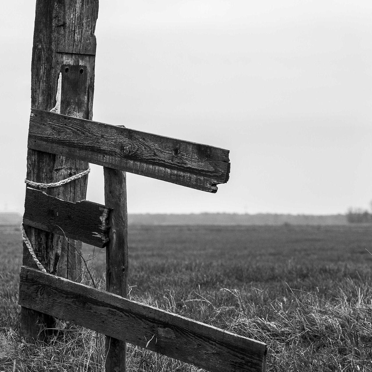 De Peppels Photo Blog | hek in het weiland | wooden beam