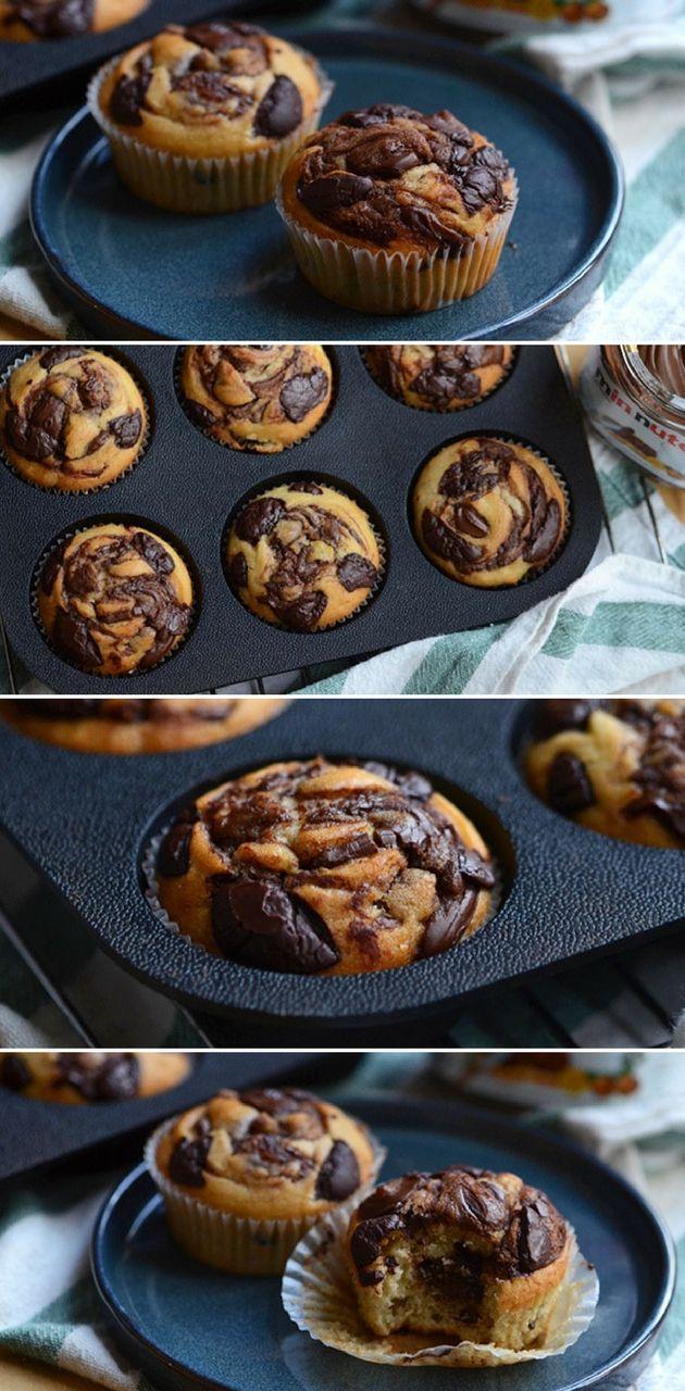 Luftige og lækre bananmuffins med cremet Nutella og knasende chokoladestykker. Mums, de er gode!