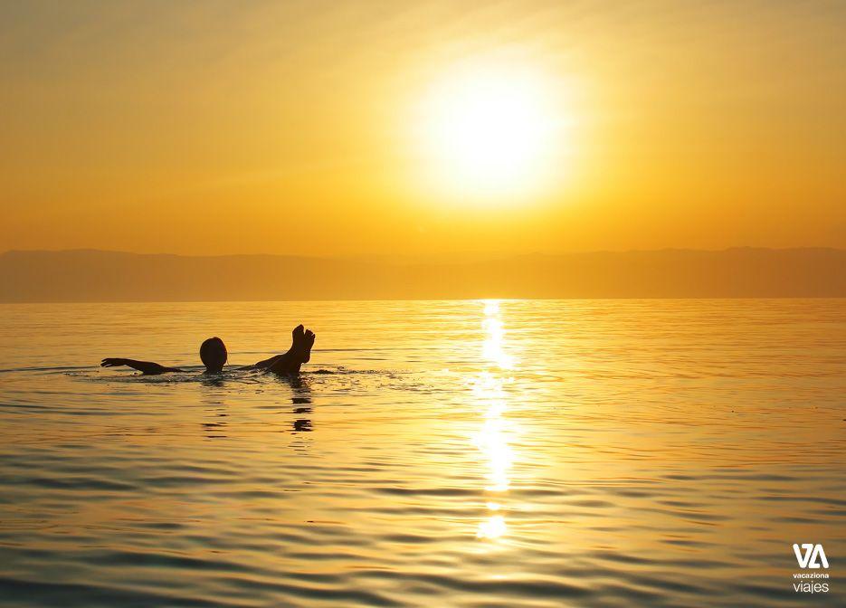 Flotando en el Mar Muerto. Jordania.