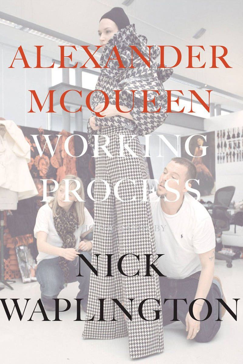 Poctou talentu a tvrdej drine zosnulého dizajnéra Alexandra McQueena je kniha fotografií, ale tiež zápiskov a spomienok nazvaná Alexander McQueen: Working Process.