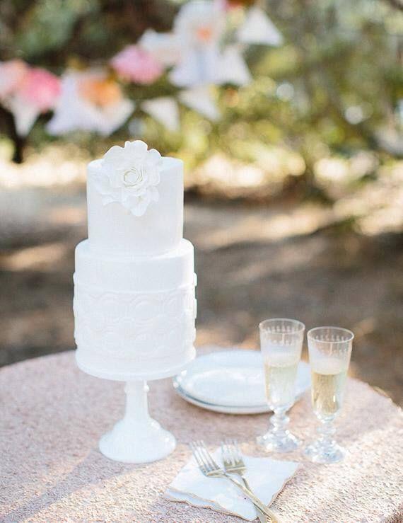 """Foto: Annie McElwain. Esses dias, oblog Mr. e Mr., nosso colunista, publicou um post cheio de fotos inspirados e dicas para festas de casamento estilo """"bolo e champanhe""""e me inspirei …"""