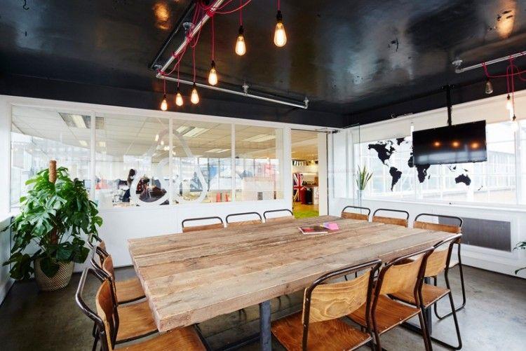 Espace de travail moderne table en bois brut de style scandinave chaises assorties