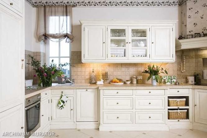 Kuchnia Prowansalska Aranzacja Kuchni W Ktorej Kroluja Biale Meble Kuchenne Muratordom Pl Provence Kitchen Kitchen Interior Kitchen