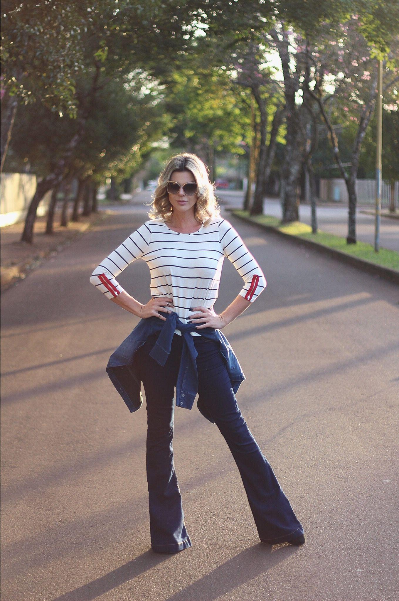 looksly - Denize Sperafico com blusa listrada, camisa jeans na cintura e  calça flare jeans do Verão 2017 49b5c3b0c76