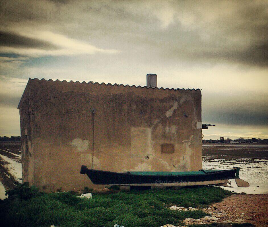 Estampa común en estos lares del norte de La Albufera. Caseta y barca