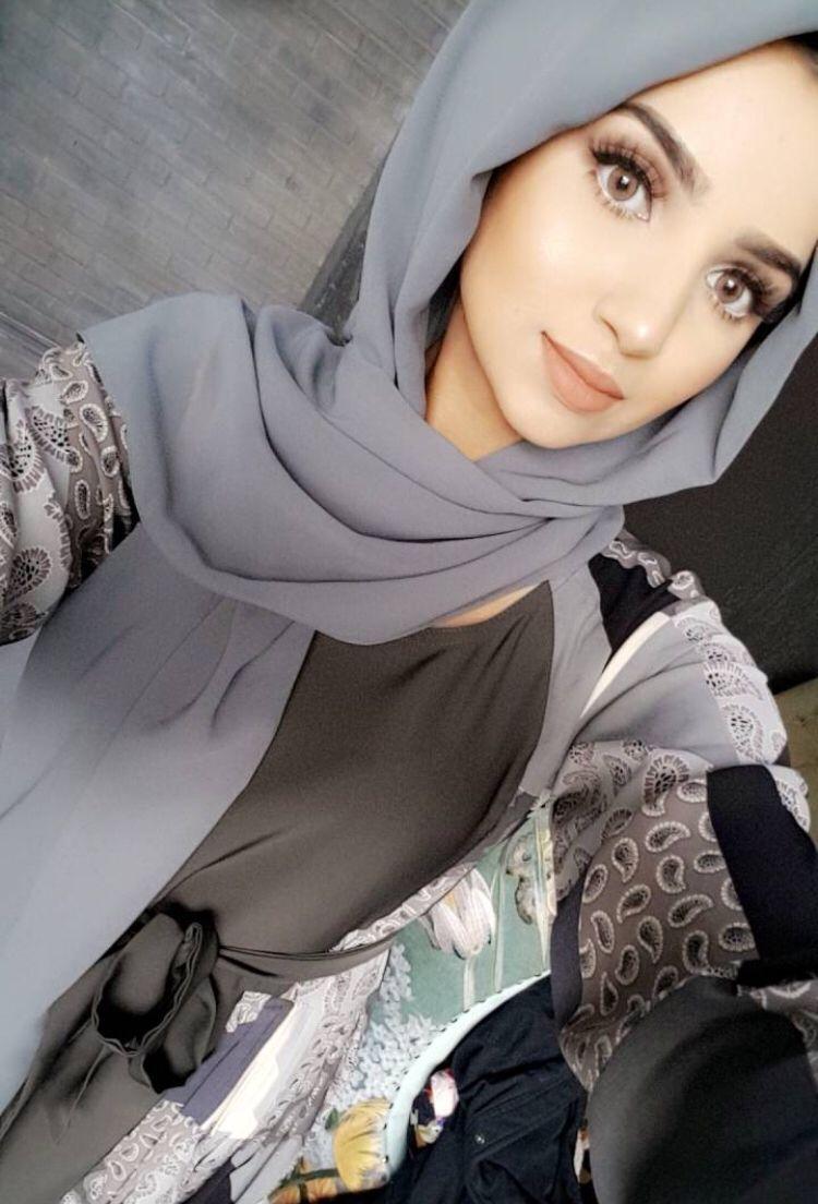 Pin By S R On Hijaboutfits Ideas Celebrity Fashion Outfits Stylish Hijab Hijabi Fashion