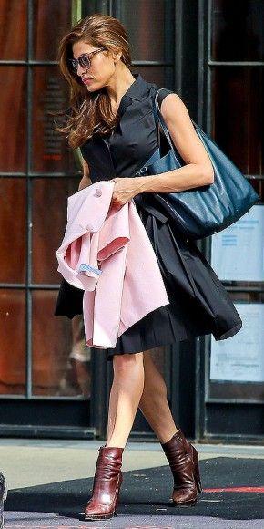 EVA MENDES    Elegante sin esfuerzo; así lució Eva Mendes a su salida del hotel The Bowery, en el East Village de Nueva York. Llevaba un vestido negro con botines Padra color marrón, un bolso azul, un abrigo Valentino color rosa y sus gafas favoritas en estos momentos: un colorido modelo de Thierry Lasry.