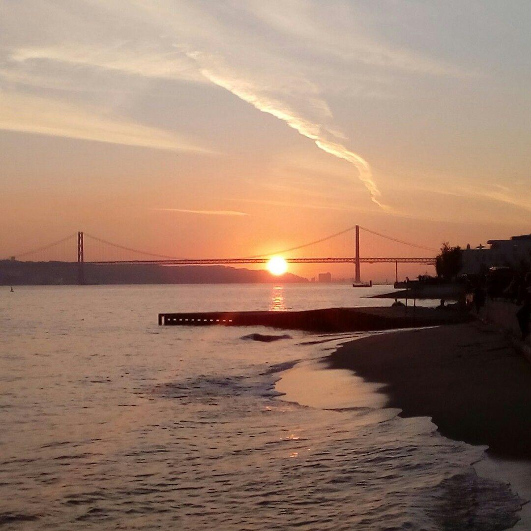 Pôr-do-sol no rio Tejo, Lisboa.