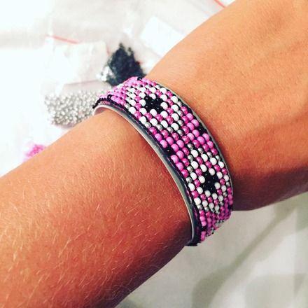 Bracelet jonc argenté avec tissage de perles de rocaille  Couleurs: Fushia, blanc, noir, argent  Vous pouvez l'ajuster à votre poignet en le pressant légèrement.  Ne pas e - 16075890