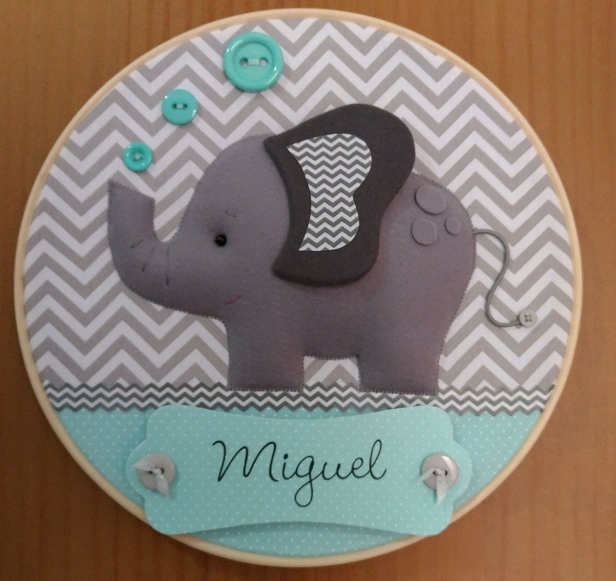 7ce7313aa0ab6 Enfeite para porta de maternidade em bastidor com tema de Elefante. Pode  ser feito nas