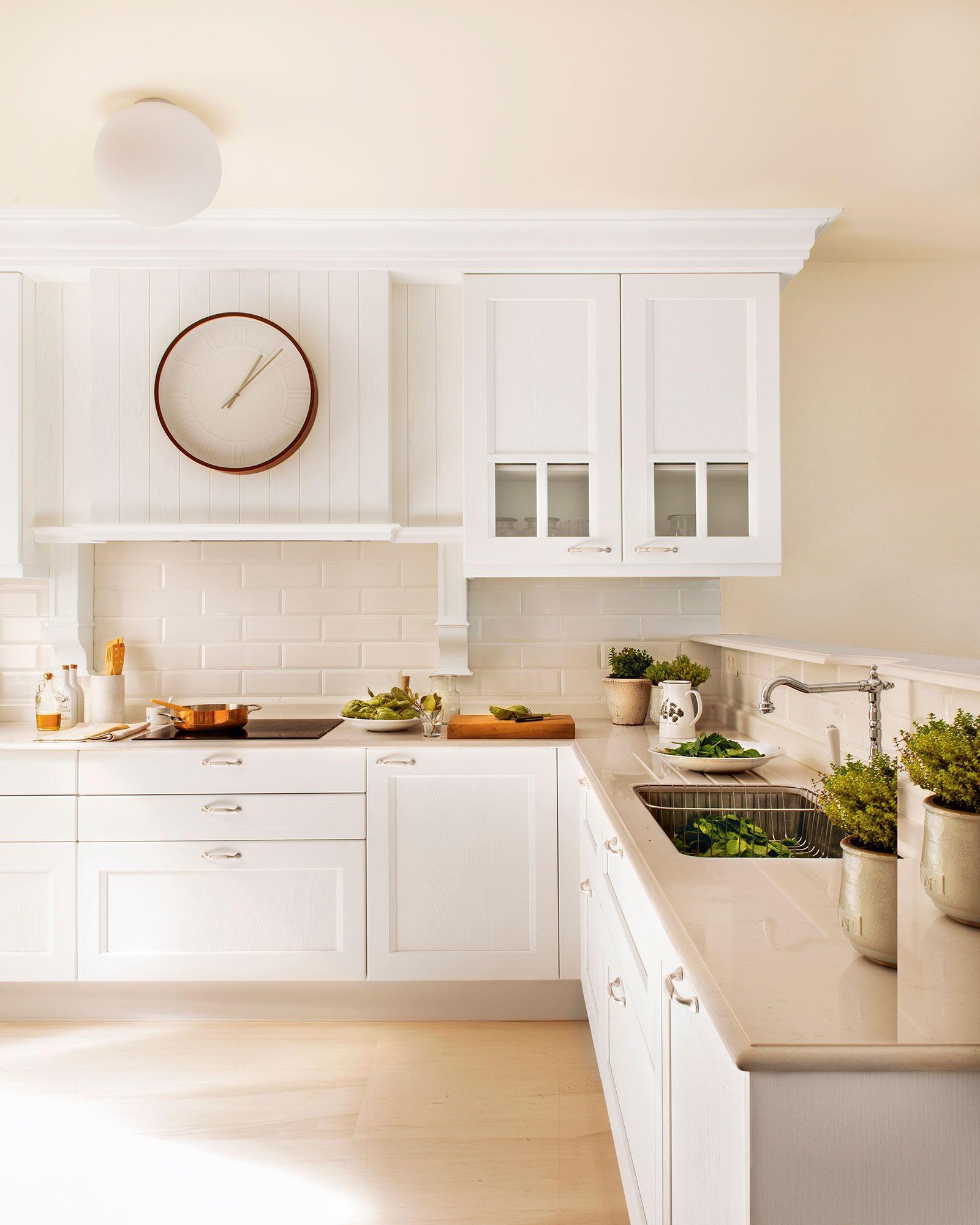 Cocina en blanco con muebles cl sicos y antepecho de for Muebles cocina clasicos