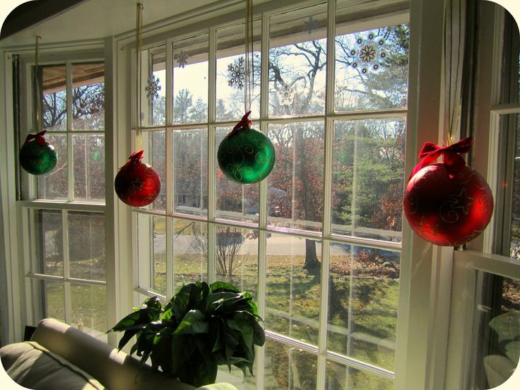 Decorating A Bay Window Ledge Bay Window Christmas Orniments