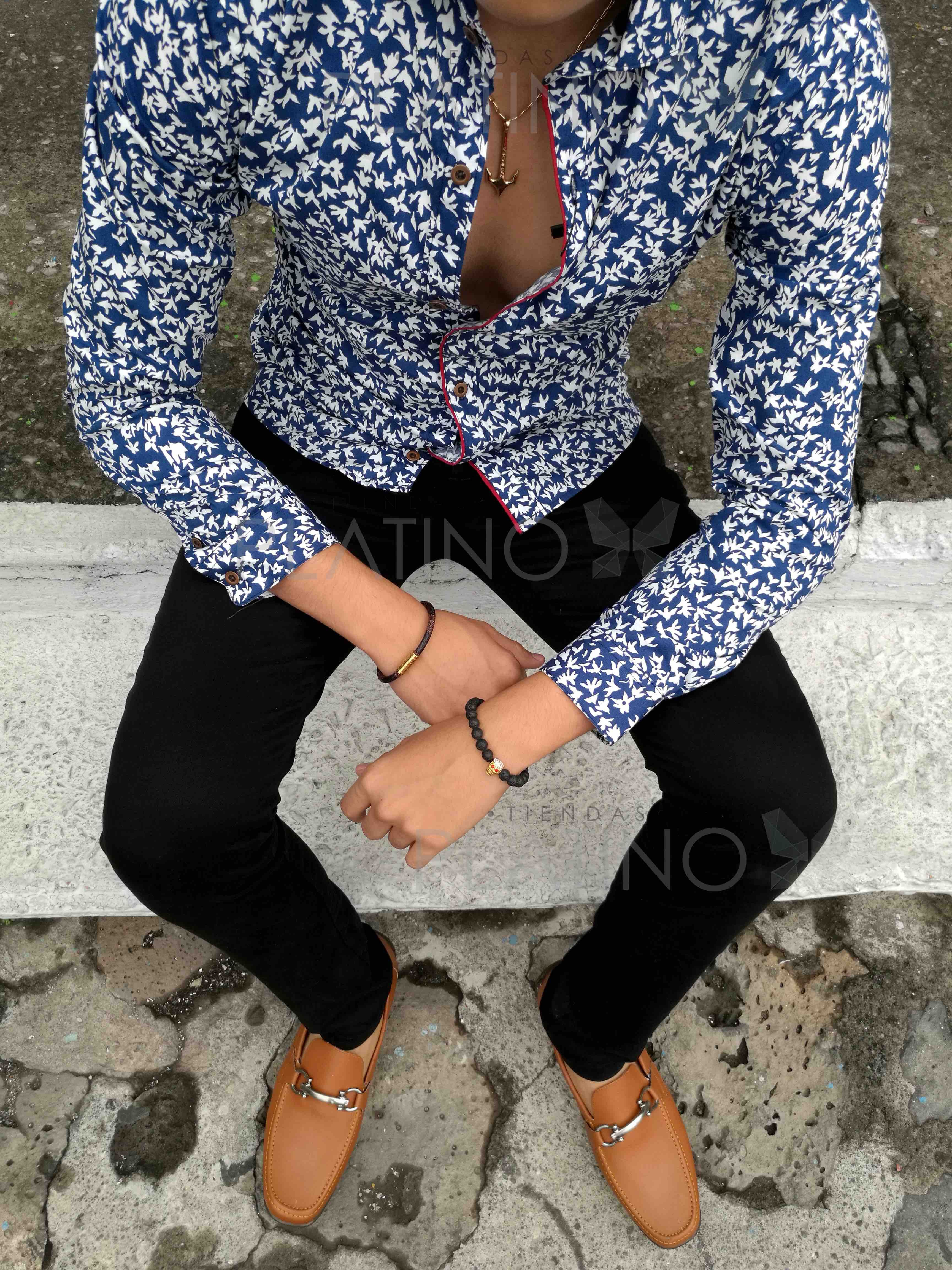 """Camisa slim fit marino con flores blancas, pantalón de gabardina negro y mocasín café de ribete. Artículos hechos en México por la marca """"Moon & Rain"""" y de venta exclusiva en """"Tiendas Platino"""" #TiendasPlatino #Moda #Hombre #Camisa #Pantalón #Calzado #Mocasín #Outfit #Mens #Fashion #Dapper #Ropa #México #Looks #Style"""