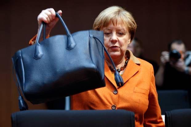4a6aea192d826 Angela Merkels Handtasche  Angela Merkel setzt seit Jahren auf die Handtaschen  von Longchamp. Ihr neuester Leder-Begleiter  die Pénélope.