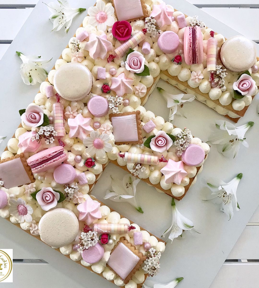 E letter cookie cake🌹🍰🍪 #cookiecake #biscocake #sydneyevents   Cake  lettering, Alphabet cake, Cookie cake