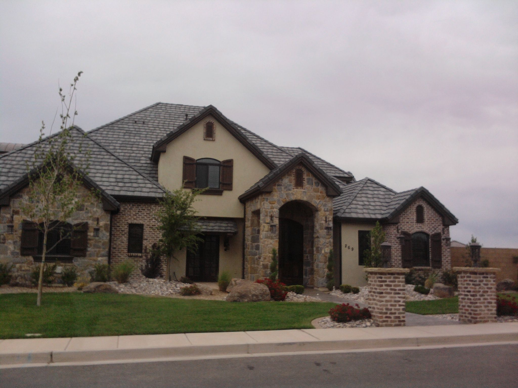 Stucco rock and brick combo wish it had the white for Stone and brick home designs