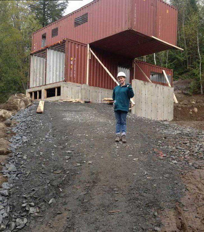 Elle a acheté quatre containers métalliques, et les a transformés