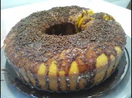 Receita de Bolo de cenoura com cobertura de chocolate e aveia - bolo ao forno préaquecido em temperatura média (180ºC), por +/_ 40 minutos. Enquanto o bolo esfria, faça a cobertura. Junte todos os ingredientes...