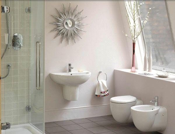 baddesign mit einem originellem modell vom spiegel und weißen - wandgestaltung im badezimmer