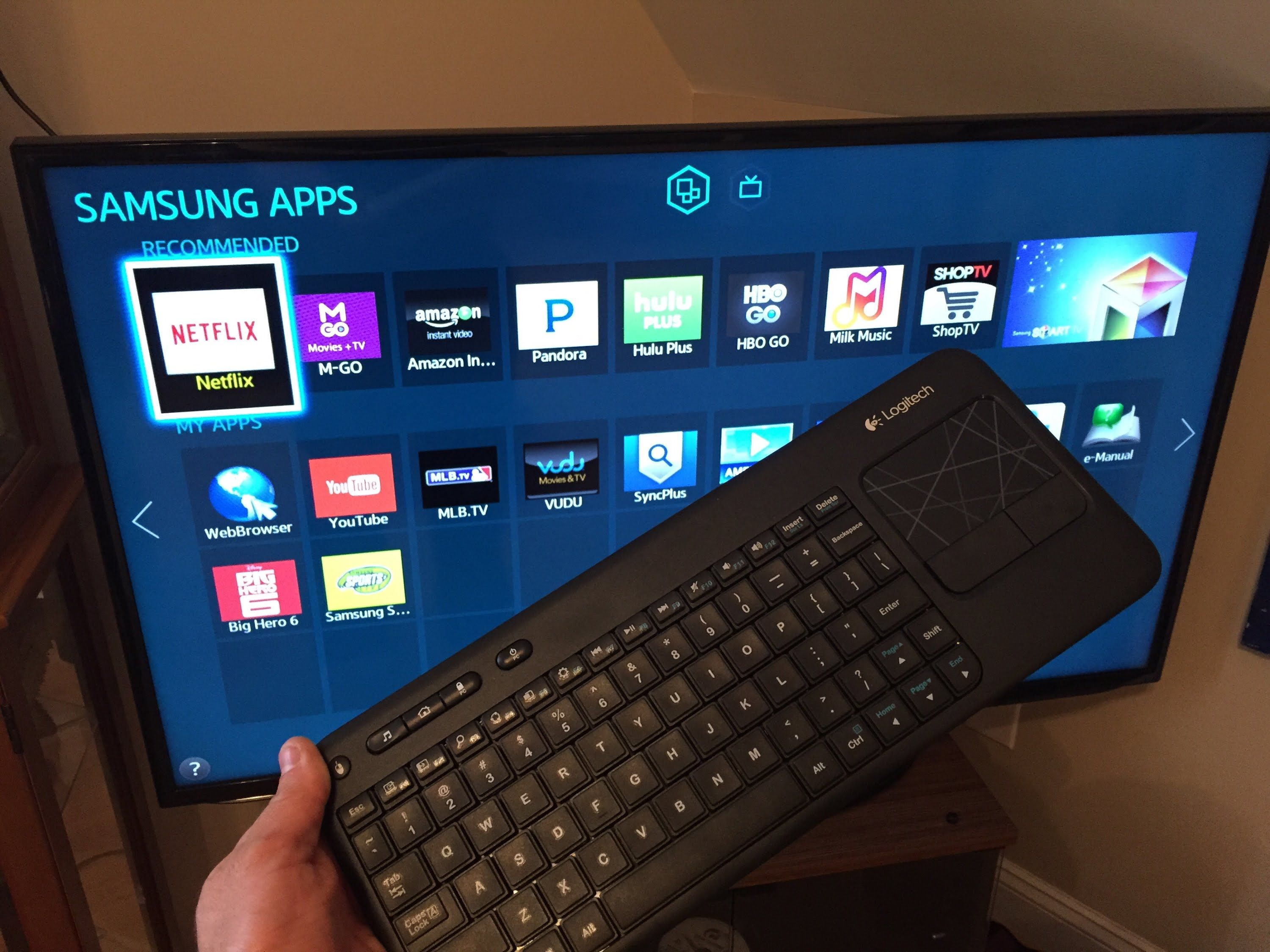 "Samsung 50"" LED Smart TV with KeyBoard by Logitech"